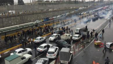 Photo of إيران: تواصل الاحتجاجات والحكومة تقلّل من تداعياتها