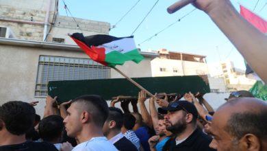 Photo of آلاف الفلسطينيين يشيعون جثمان مقاوم قتل برصاص الإحتلال