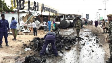 Photo of تفجير في مقديشو ووزير الخارجية الأمريكي يحذر من عواقب الخلاف بين السياسيين